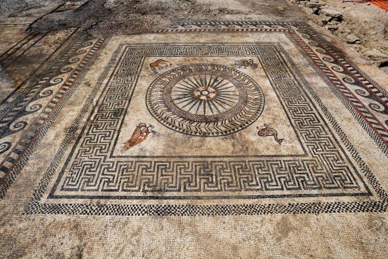 Los diseños de animales: un búho, un pato, un águila y un cervatillo, forman parte de este mosaico único.