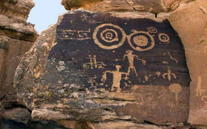 Petroglifos Hopi que muestra a la Gente de las Estrellas y sus «escudos voladores» flotando por encima de sus cabezas.