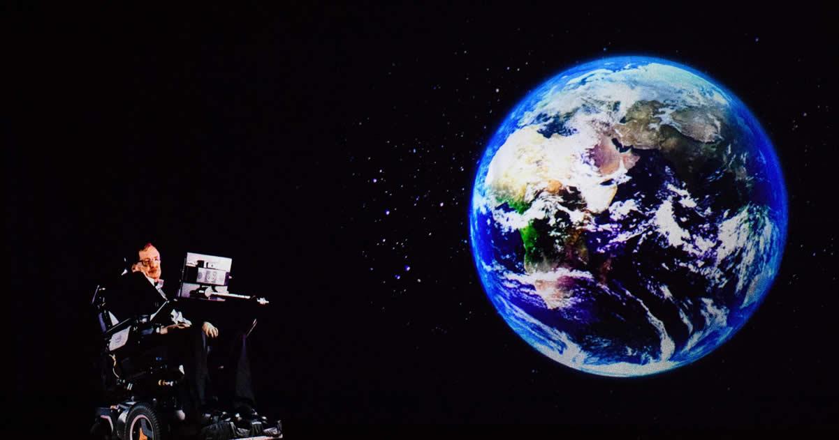 Stephen Hawking, dirigiéndose a la audiencia a través de un holograma.