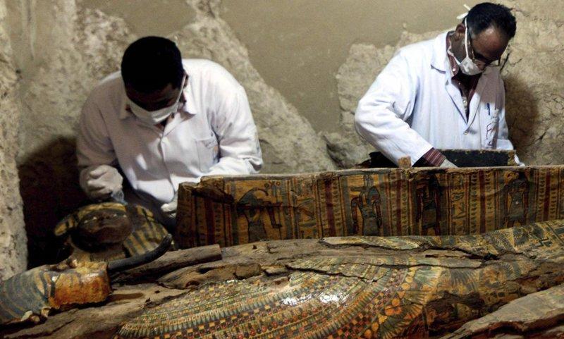 Descubren ocho momias intactas en la tumba de un antiguo juez en Luxor, Egipto