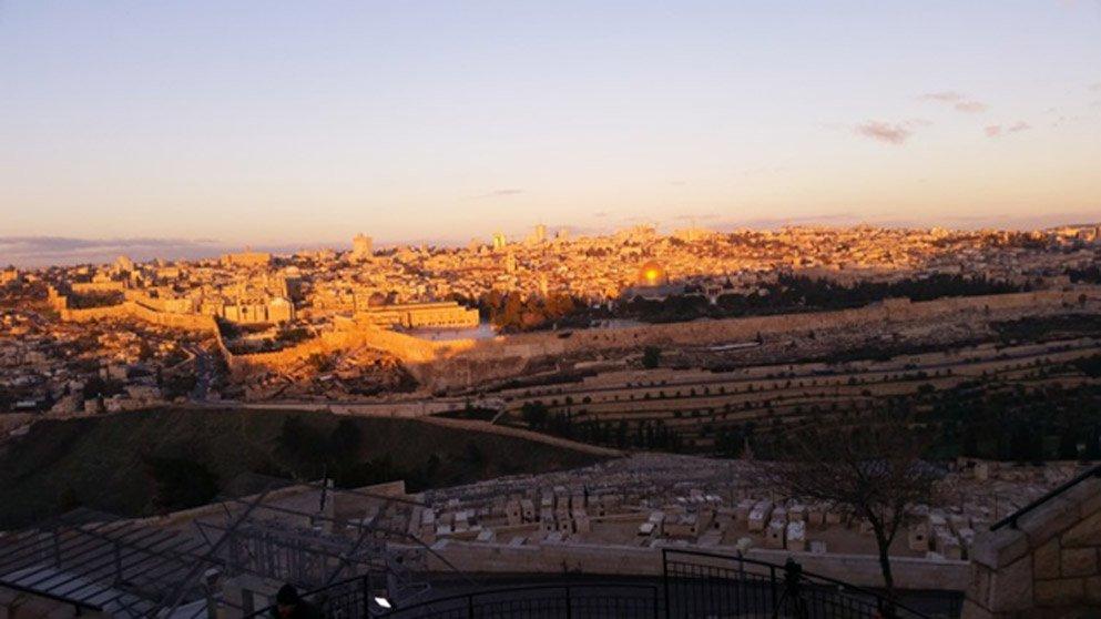 Amanece en el Monte de los Olivos, panorámica de la ciudad vieja de Jerusalén.
