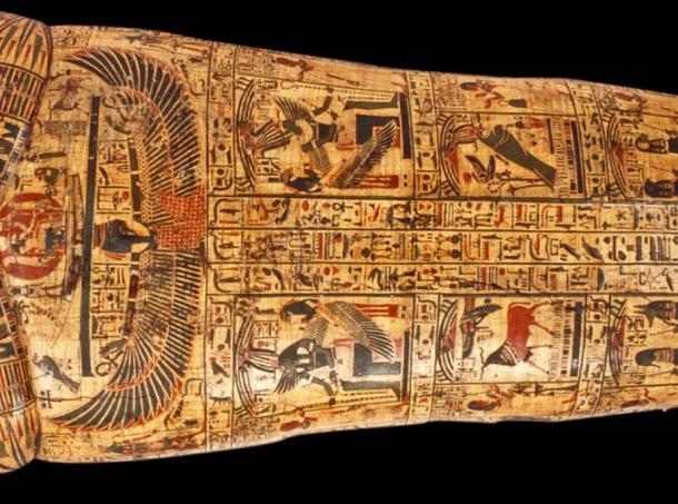 Jeroglíficos bien detallados se encuentran con frecuencia en los sarcófagos. Detalle de la tapa del ataúd exterior de Nesyamun, que vivió en Tebas hace más de 3.000 años. La tapa está pintada con textos jeroglíficos del Libro de los Muertos, que contienen oraciones sobre el paso a la otra vida. Museos de Leeds