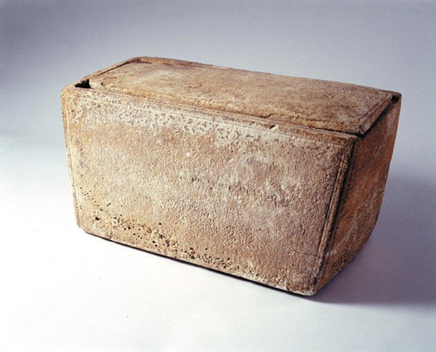 El material hallado en el interior del Osario de Santiago, que según algunos investigadores podría albergar los restos del hermano de Jesús, está siendo secuenciado actualmente por genetistas.