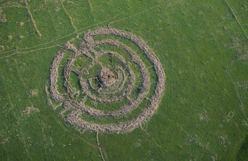 El ganado que pasta en las cercanías del monumento revela la escala de estos enormes círculos de piedra situados en las llanuras de los Altos del Golán.