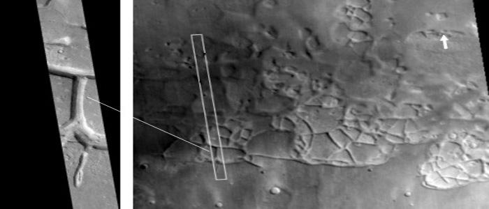 Un extraño sistema de líneas, rectángulos y cuadrados de gran extensión similar a una ciudad antigua. En la imagen también se muestra la zona sur de la cara Utopía (flecha).