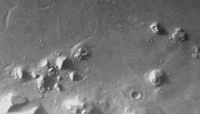 La cara y la «ciudad de las pirámides» en Marte, fotografiado por el Viking 1 el 25 de julio., 1976