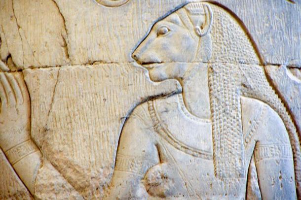 Relieve representando a la diosa Skhmet en una columna del Templo de Kom Ombo.