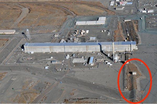 Montículo de tierra que cubre los túneles ferroviarios a las instalaciones PUREX.