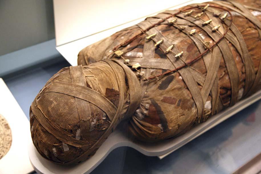 Momia egipcia sometida a estudio en un laboratorio.
