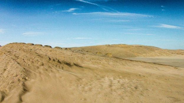 El diseño de Chankillo es armonioso en el paisaje del desierto.