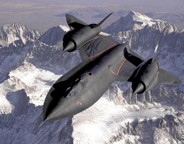 Un SR-71B, la versión de entrenamiento del SR-71 Blackbird, sobre las montañas de Sierra Nevada en diciembre de 1994. Esta versión incluye una segunda cabina para el instructor.