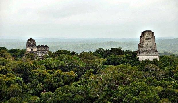 """Según los mitos ancestrales tibetanos, las pirámides de Centroamérica y Sudamérica (en la imagen, Tikal, en Guatemala) estarían asentadas sobre redes inmensas de túneles subterráneos, comunicando las antiguas ciudades del Imperio de """"El Dorado"""" con el Imperio interior de la Tierra, al que ellos denominan AGARTHA o AGARTHI."""