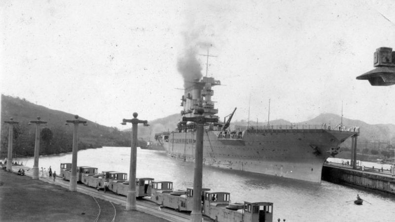 El USS Lexington en el canal de Panamá en 1928.