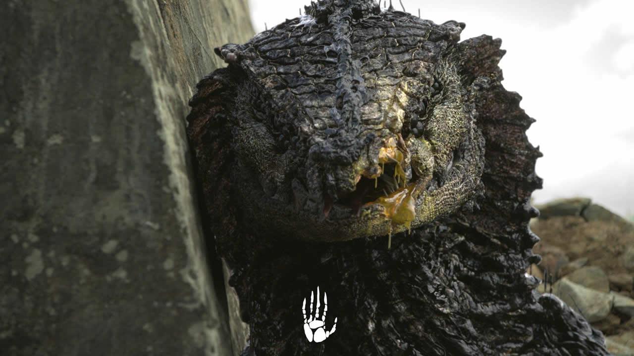 Escena de la película Rakka que muestra un reptiliano y el control mental que ejercen sobre los humanos.