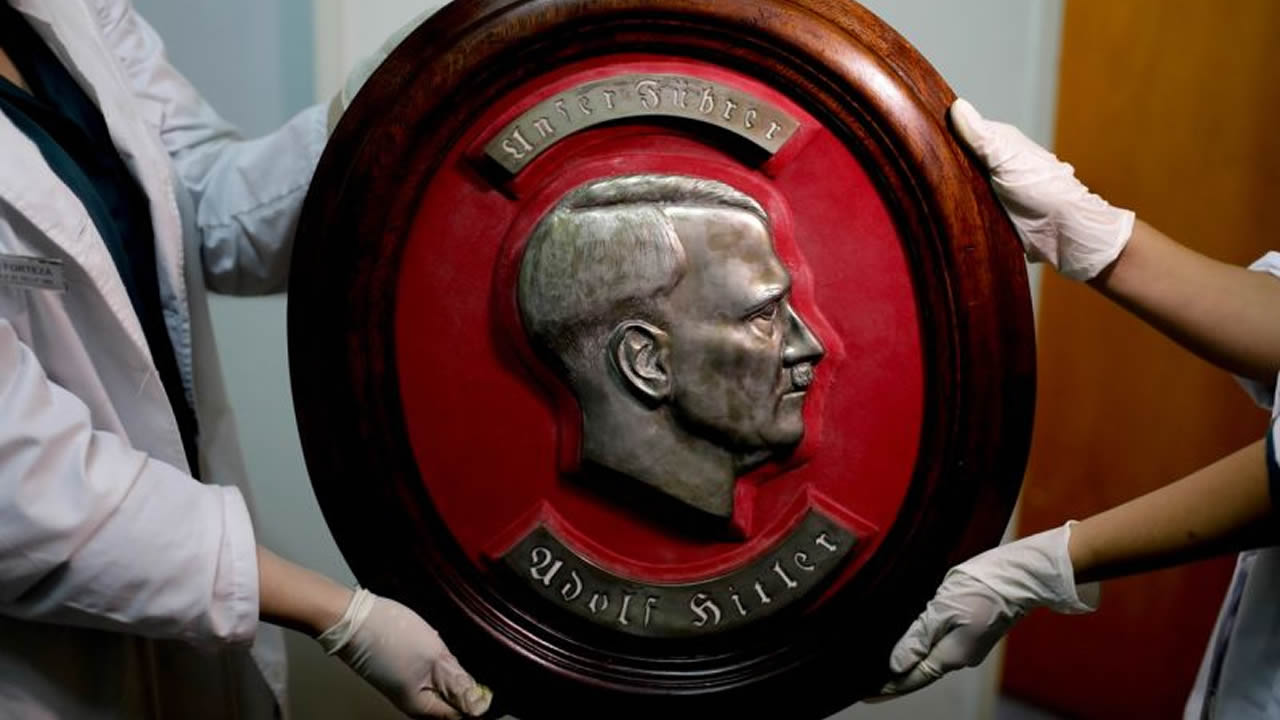 Busto en relieve de Adolf Hitler.