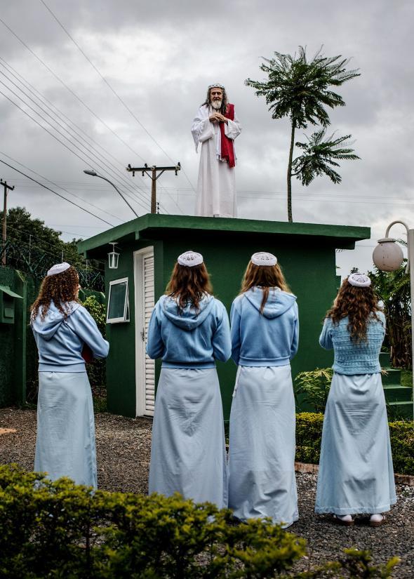 INRI Cristo conduce una liturgia desde la parte superior de la guardia, que a veces usan como púlpito.
