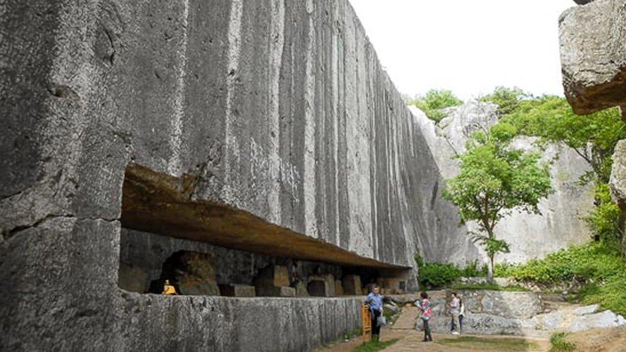 La estela gigantesca y no terminada de 16.300 toneladas en la antigua China