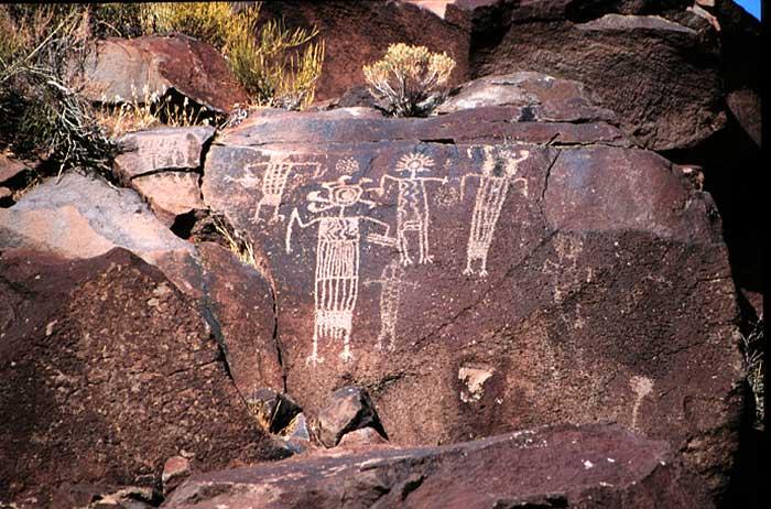 Los seres misteriosos grabados en las rocas hace miles de años han desconcertado a expertos desde su descubrimiento. ¿Qué representan?