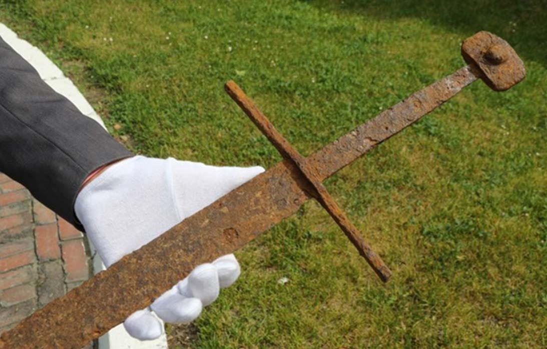 La espada medieval recientemente descubierta en Polonia. Fotografía: Museo Stanisław Staszic de Hrubieszów