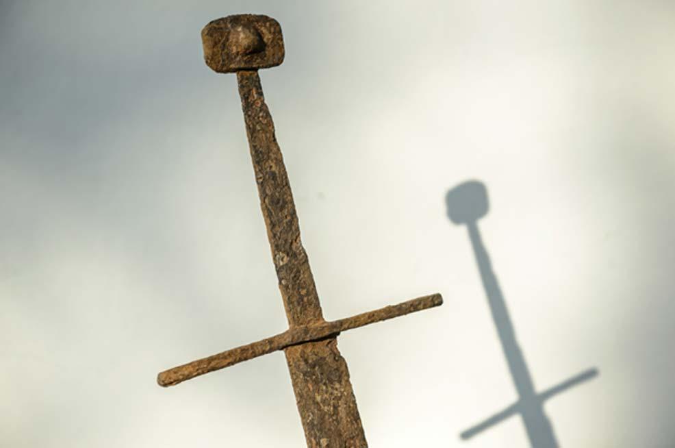 La espada recientemente descubierta en una zona pantanosa de Polonia.