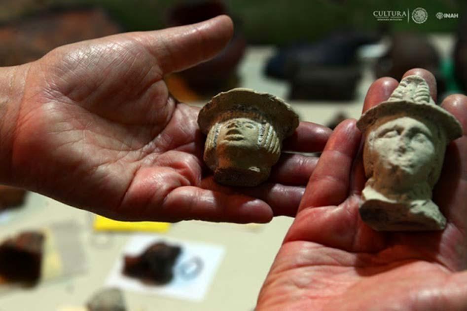 Entre los objetos hallados en el yacimiento se han encontrado figuras de personajes con rasgos occidentales y sombreros.
