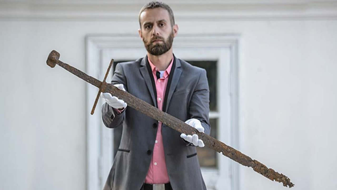 Hallada por casualidad espada medieval muy bien conservada en un pantano de Polonia