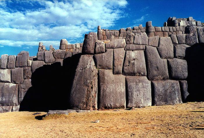Un ejemplo de la pared Sacsayhuamán. Dibujo cortesía de Derek Cunningham