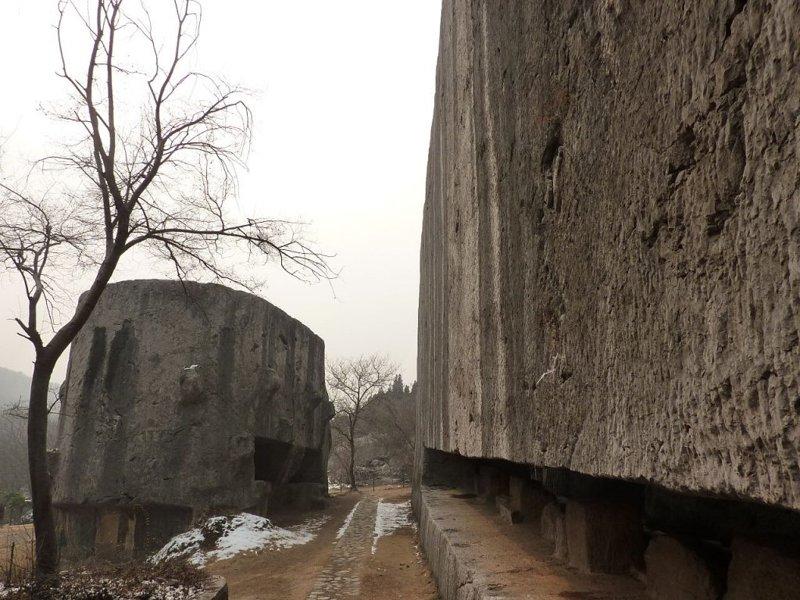 El cuerpo del monumento (a la derecha) y la cabeza del monumento (izquierda), en la mina de Yangshan, Nanjing.