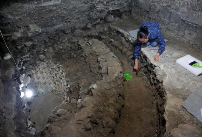 Lorena Vázquez, arqueóloga del Instituto Nacional de Antropología e Historia (INAH), trabaja en un sitio donde se encuentran más de 650 cráneos calcinados en cal y miles de fragmentos en el edificio cilíndrico cerca del Templo Mayor, uno de los principales templos de la ciudad. La capital azteca Tenochtitlan, que luego se convirtió en la Ciudad de México.