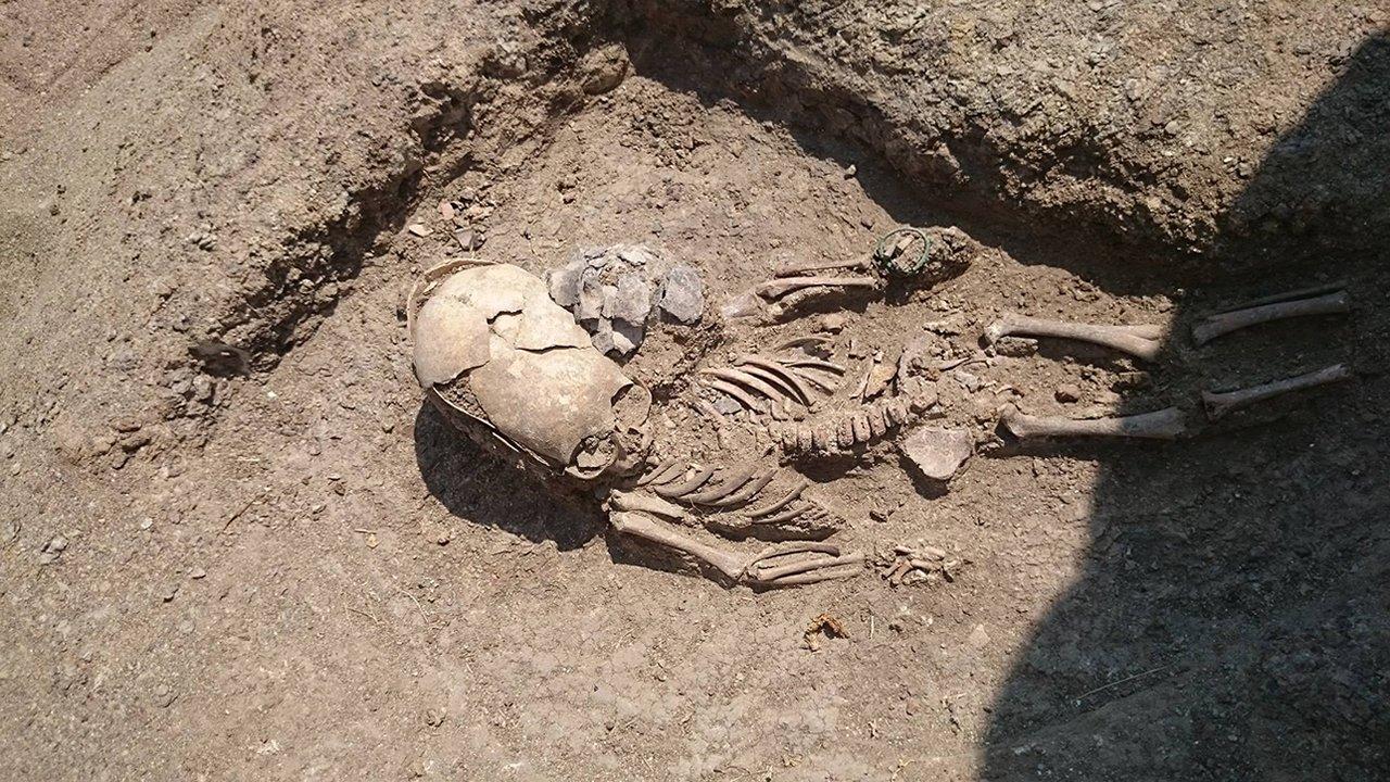 Descubren extraño cráneo alargado de bebé en una Necrópolis de Crimea