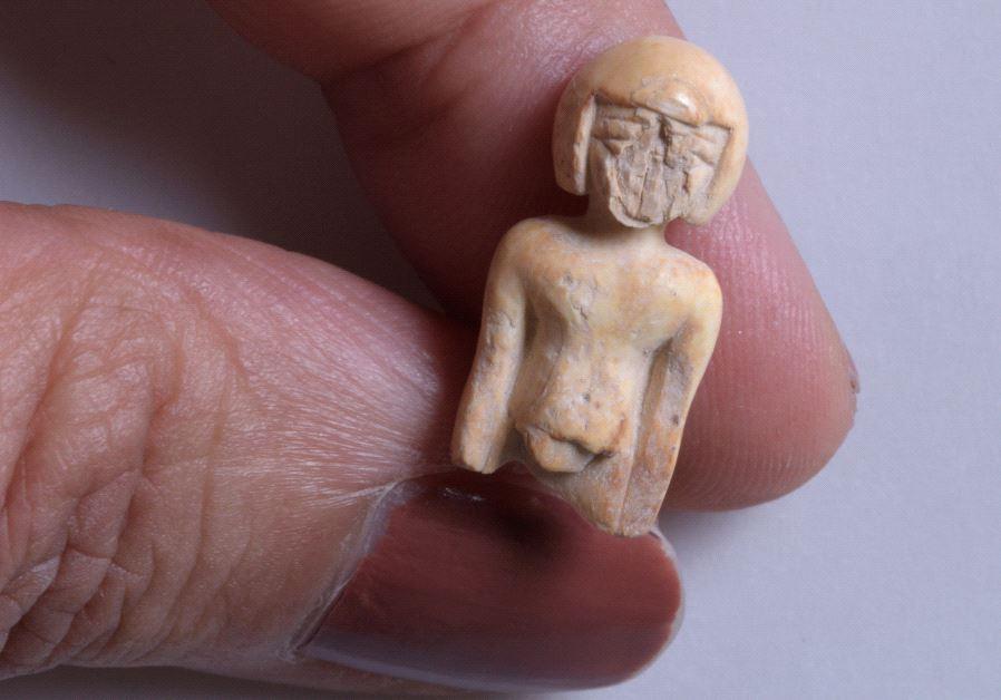Una estatua de marfil que representa a una mujer.