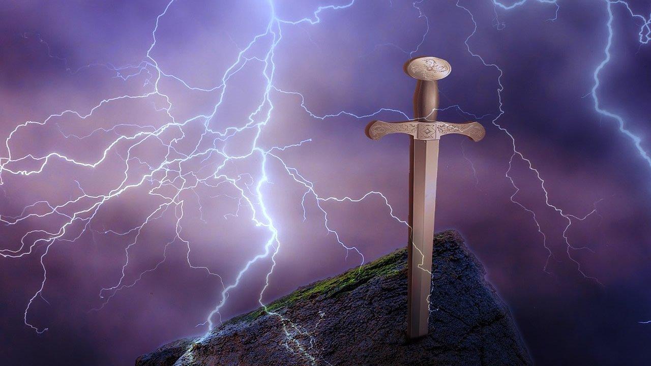 «Excalibur de Rusia» Hallan una espada enterrada en una piedra en Gniózdovo