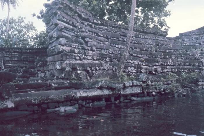 Pesados monolitos de más de 20 toneladas cada uno dispuestos horizontalmente en Nan Madol. El cómo es un misterio