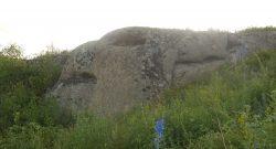 Piedras de granito en forma de dragón grabadas hace miles de años en Siberia