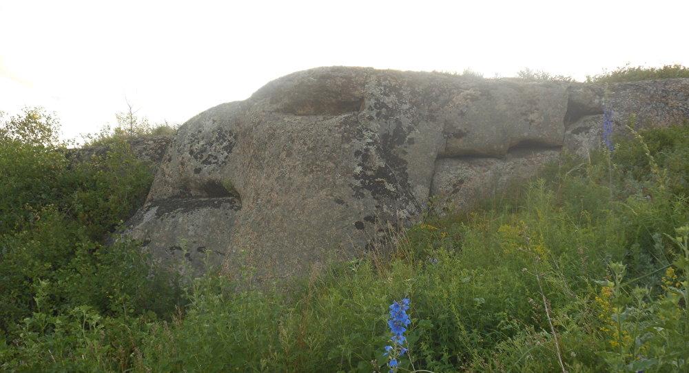 ¿Qué hacen estas milenarias rocas talladas con forma de dragón en Siberia?