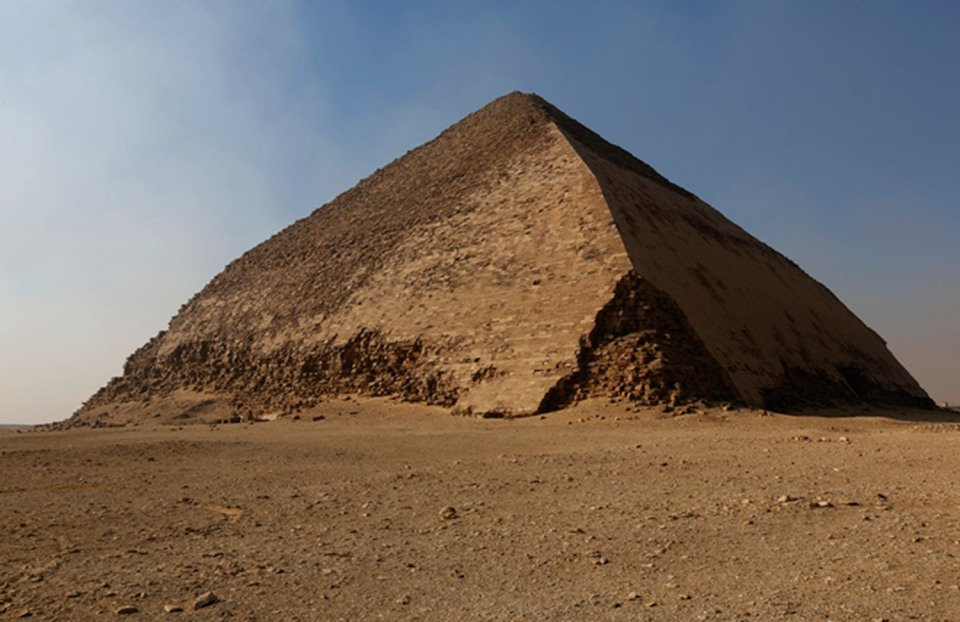 Esta imagen muestra exactamente por qué la pirámide doblada obtuvo su nombre