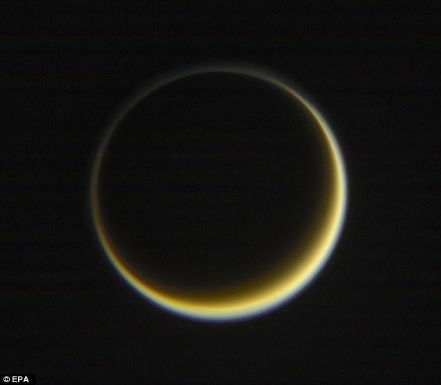 Además de la superficie de Titán, las imágenes han proporcionado ventanas a la atmósfera cambiante de la luna, narrando la apariencia y el movimiento de nieblas y nubes a lo largo de los años