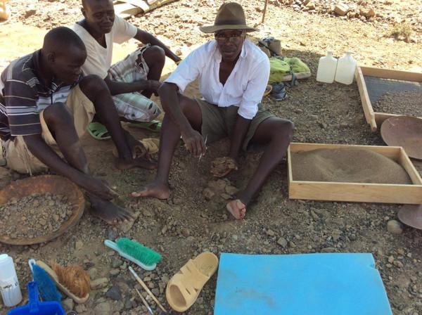 Akai Ekes y John Ekusi observan cómo Isaías Nengo levanta el bloque de arenisca con Alesi, después de seis horas de excavación