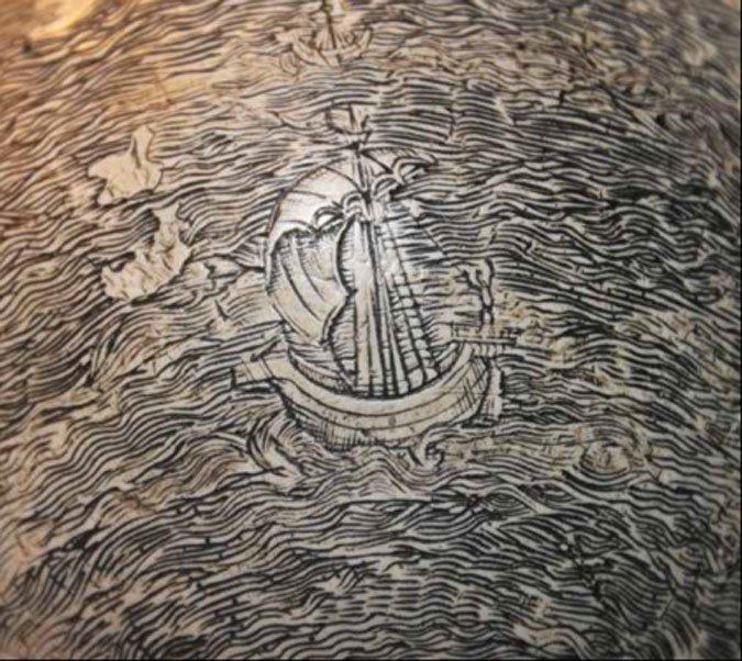 Un barco solitario surca las olas del Océano Índico en el sorprendente globo terráqueo grabado sobre cáscara de huevo de avestruz.