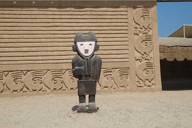 Arquitectura y escultura de la antigua ciudad de Chan Chan.