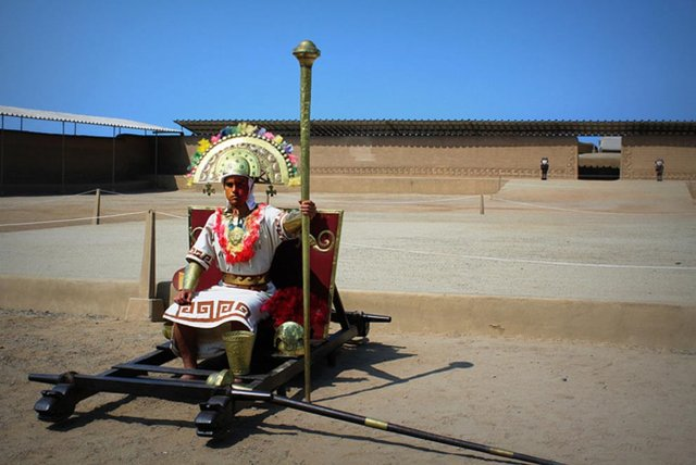 Hombre ataviado como sacerdote o aristócrata Chimú en las ruinas de Chan Chan, Perú.