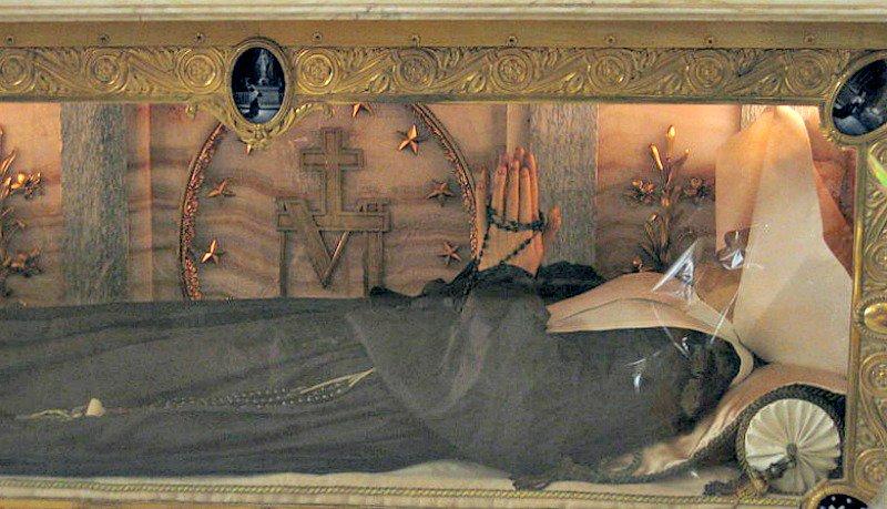 Primer plano del cuerpo incorrupto de Santa Catalina Labouré.