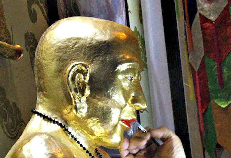 Detalle del aspecto que presentaba la momia, cubierta con capas de pintura de oro, como señal de respeto.