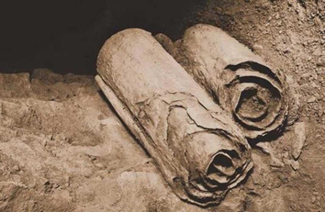 Manuscritos del Mar Muerto hallados en las cuevas de Qumrán antes de ser recuperados por los arqueólogos para su estudio
