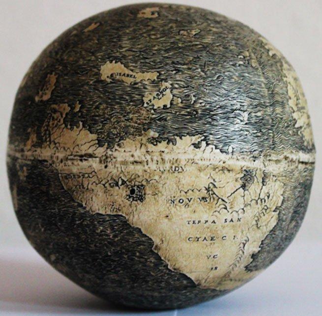 Sudamérica («Terrae Sancta Crucis») en el curioso mapamundi grabado sobre huevo de avestruz. En la imagen se pueden observar además las islas de La Española («Spagnolla») y Cuba («Isabel»).