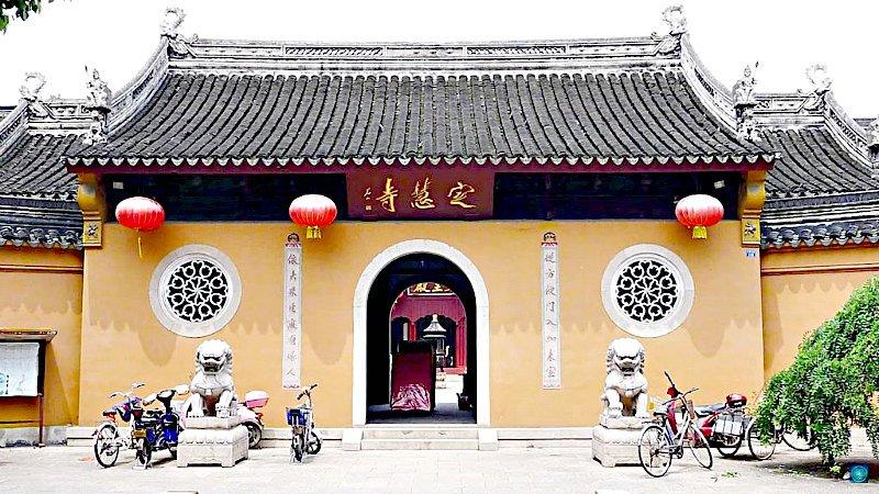 Vista exterior del templo de Dinghui en Wuhan, China
