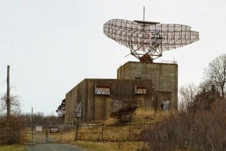 Antena de radar tipo Sage que emite frecuencias de 400-425 MHz,