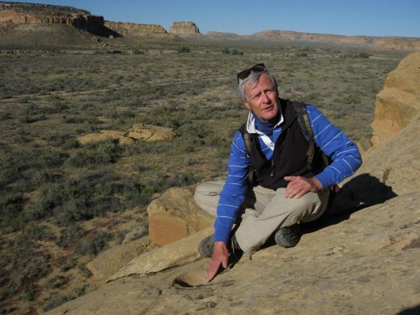 Kim Malville en una «cuenca picada» en el Cañón del Chaco, similar al este de Piedra del Sol, donde los habitantes a menudo dejaban ofrendas ceremoniales.