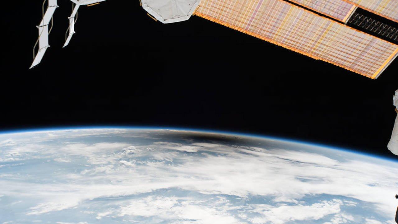 Fotografías y vídeo: El eclipse solar total visto desde el espacio