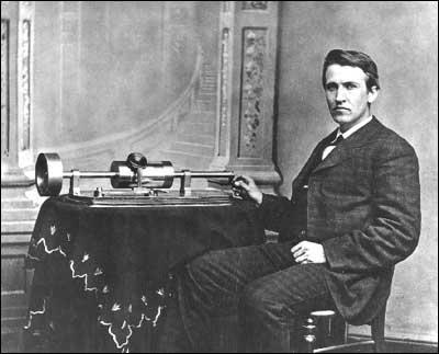 Thomas Edison sentado junto a un fonógrafo